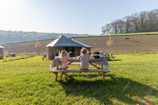 Glamping-picknicktafel-ontbijt--De-Verloren-Kost-Gulpen-Zuidlimburg